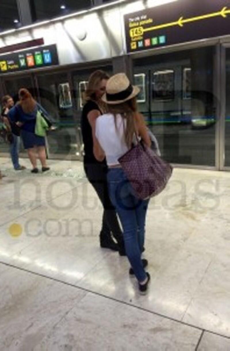 Madre e hija lucían atuendos casuales cuando fueron captadas en el aeropuerto de Madrid.