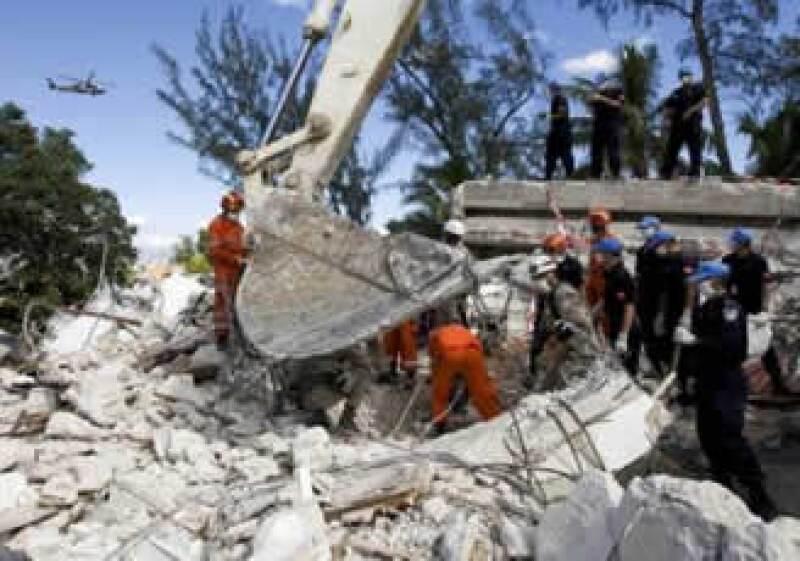 El sábado, un equipo ruso rescató a dos niñas haitianas con vida de entre las ruinas de una casa. (Foto: Reuters)