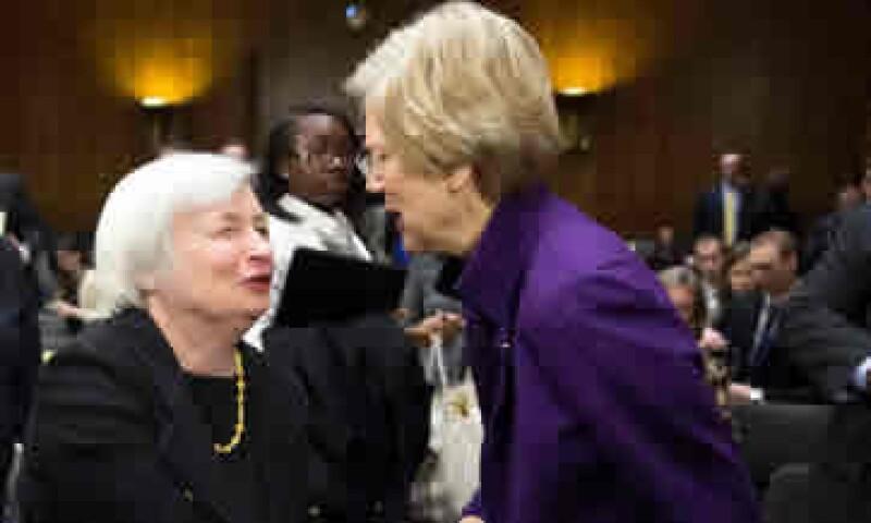 Yellen (i) respondió en una carta a la inquietud de la senadora Elizabeth Warren (d). (Foto: Reuters)