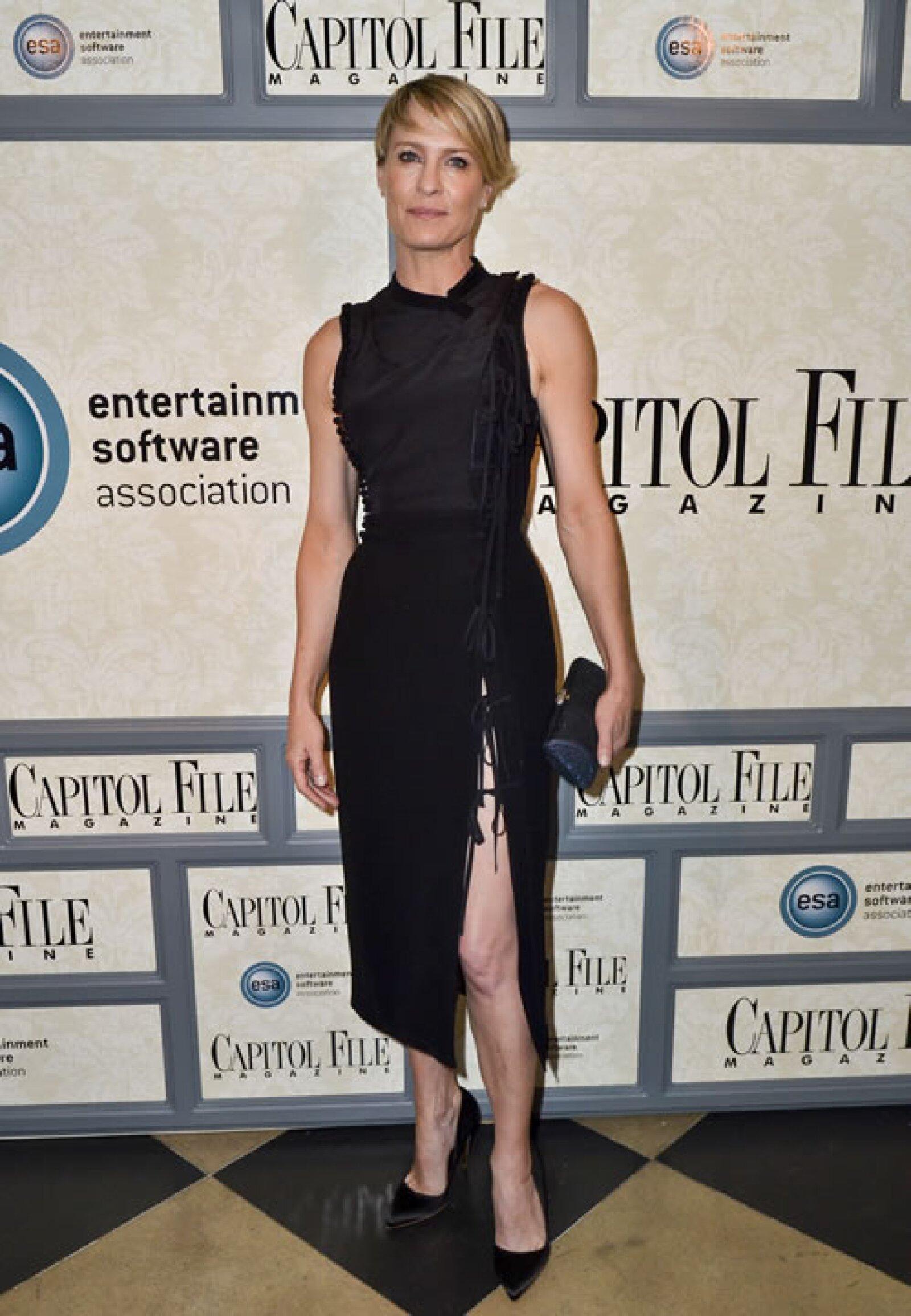 La protagonista de House of Cards, Robin Wright, es otra de las celebs que está a punto de alcanzar los 50, con unas envidiables curvas que destaca con entallados vestidos y por supuesto, sus atléticas piernas.