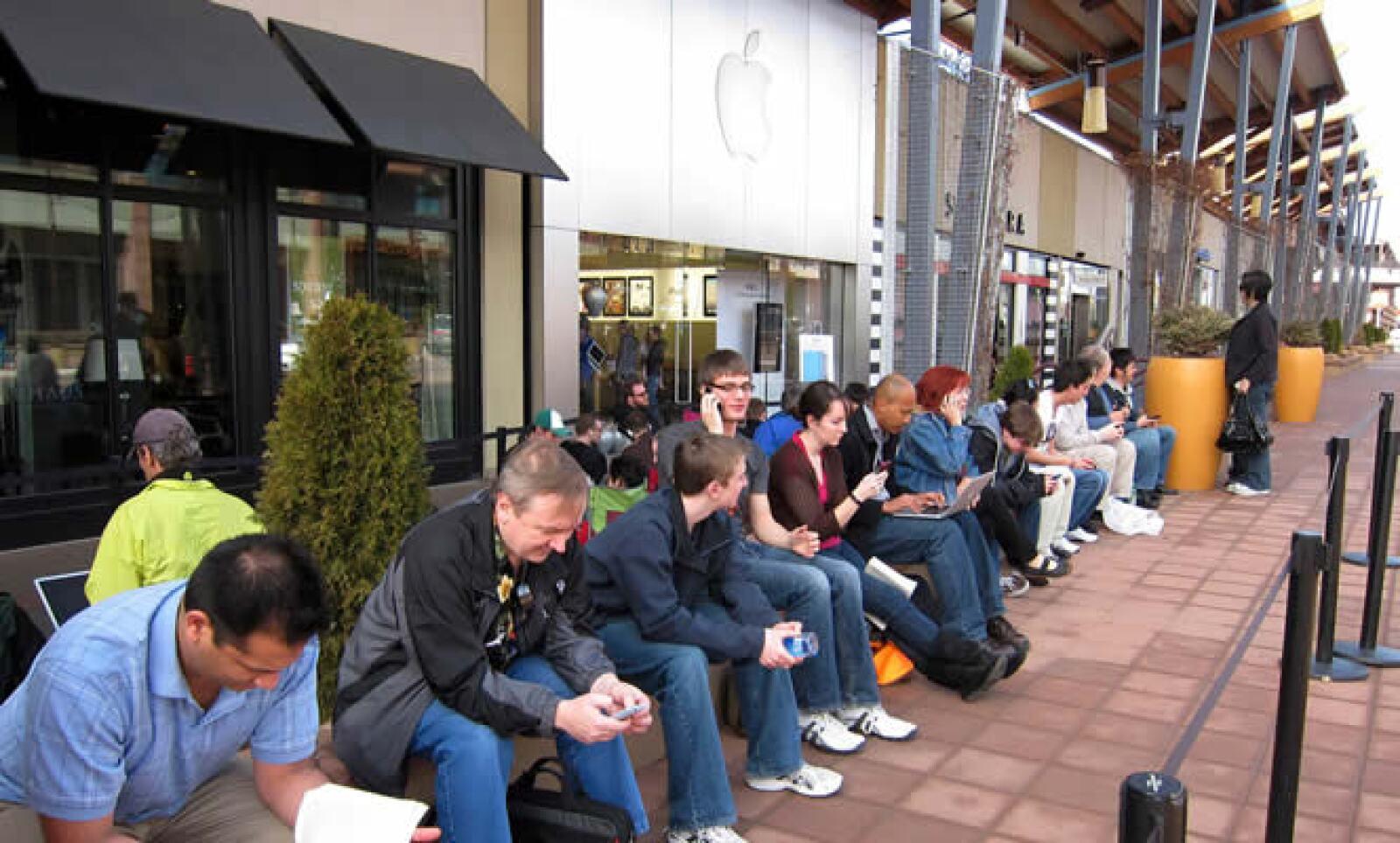Muchos miran sus teléfonos celulares y computadoras mientras esperaban la salida de la iPad 2, en la tienda de Apple en Boulder, Colorado.