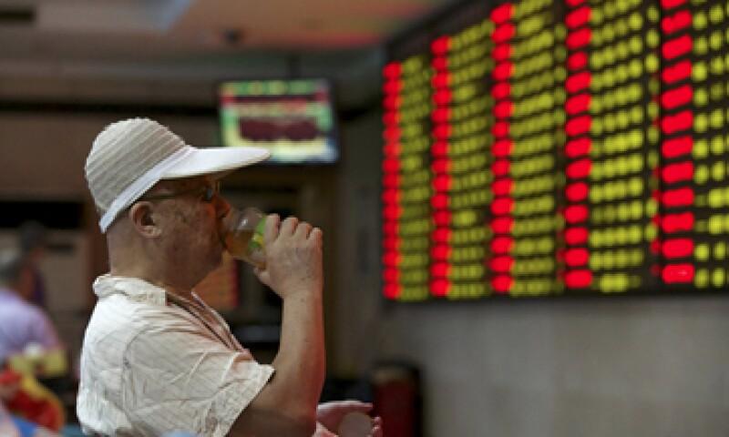Antes de hundirse en junio, la Bolsa de Shanghái había crecido 150% en un año. (Foto: Reuters )