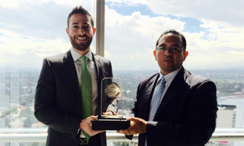 El director de GBM Digital de GBMHomebroker, Javier Martínez, recibe el galardón. (Foto: Héctor Cuevas)
