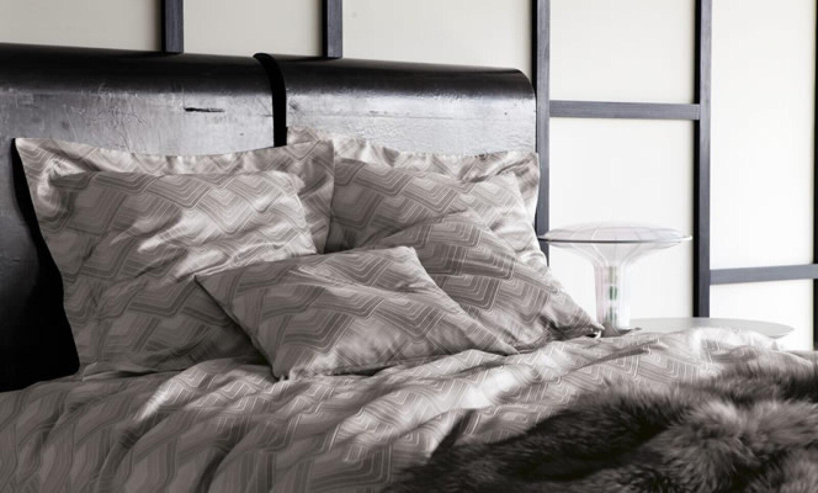 El diseño técnicamente complejo se teje en jacquards en seda-algodón de hilo teñido de la más alta calidad.