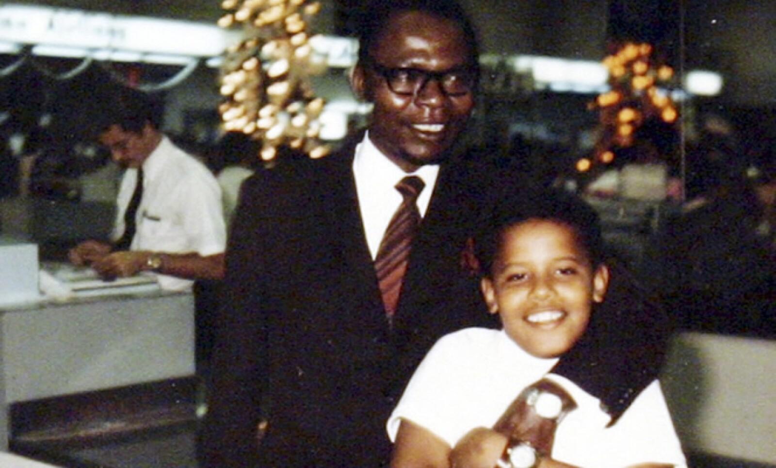 Es hijo de Barack Hussein Obama, nacido en Kenia, y su madre, Shirley Ana Dunham, una irlandesa nacida en Kansas.