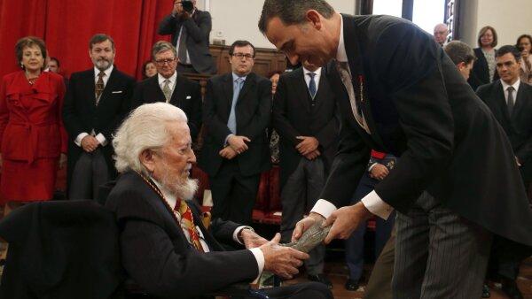 El escritor Fernando del Paso recibió la condecoración de manos del rey Felipe VI.