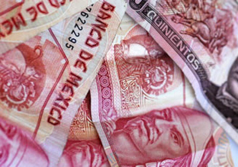 El peso cerró operaciones este jueves al alza frente al dólar. (Archivo)