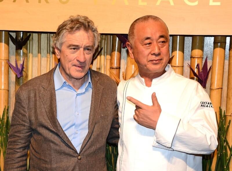 Robert De Niro junto a Nobu Matsuhisa durante la apertura del primer Hotel Nobu, en Las Vegas.