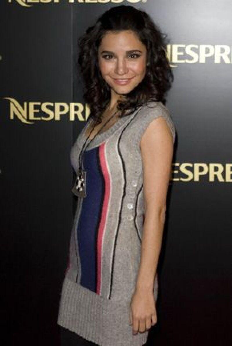La actriz mexicana se encargrá de escribir la historia de &#39Te presento a Laura&#39, además de que la protaginizaría con el integrante de RBD Poncho Herrera.