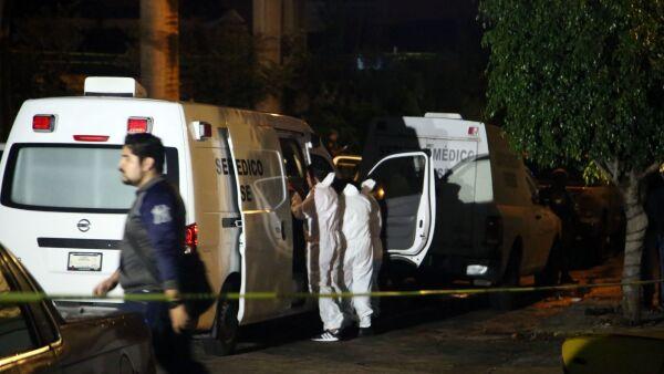 CUERNAVACA, MORELOS, 20SEPTIEMBRE2019.- Seis hombres murieron en un ataque al interior de una vivienda ubicada en la calle Ahuatepec, en la colonia Antonio Barona, a un costado del Paso Exprés. Los hechos ocurrieron después de las tres de la mañana, cuando hombres armados irrumpieron en el domicilio y atacaron a los hombres, ahí perecieron cinco hombres, uno más que fue trasladado herido al hospital falleció más tarde. Policía de Morelos y la Guardia Nacional resguardo la escena de crimen, más tarde llegaron personal de la Fiscalía para recabar elementos para la averiguación que inicia, finalmente el servicio médico forense levanto los cadáveres y los traslado al anfiteatro en espera de su identificación. FOTO: MARGARITO PÉREZ RETANA /CUARTOSCURO.COM