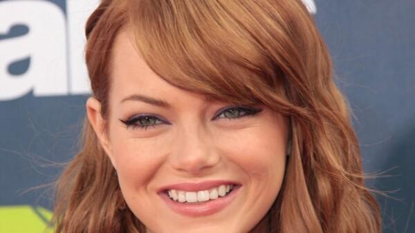 Emma Stone luce un fleco de lado en los premios MTV Movie 2011.