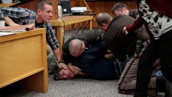 El padre de tres de las víctimas de Larry Nassar intenta atacarlo en la corte