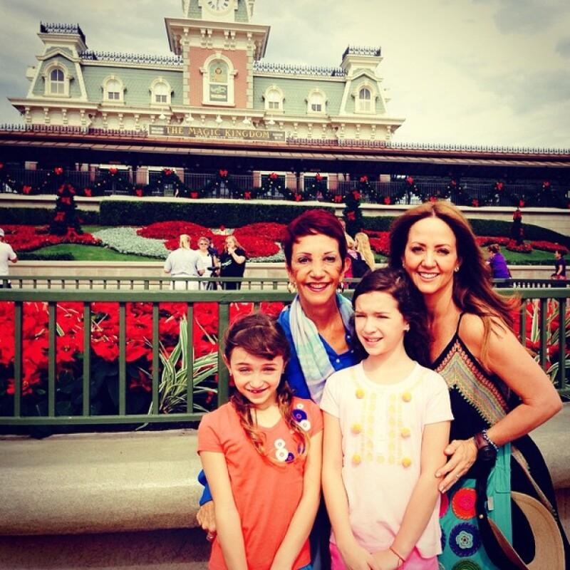 La conductora se fue de vacaciones a Orlando con sus hijas de 7 y 9 años, quienes parecen llevarse de maravilla y de quienes mostró sentirse súper orgullosa.