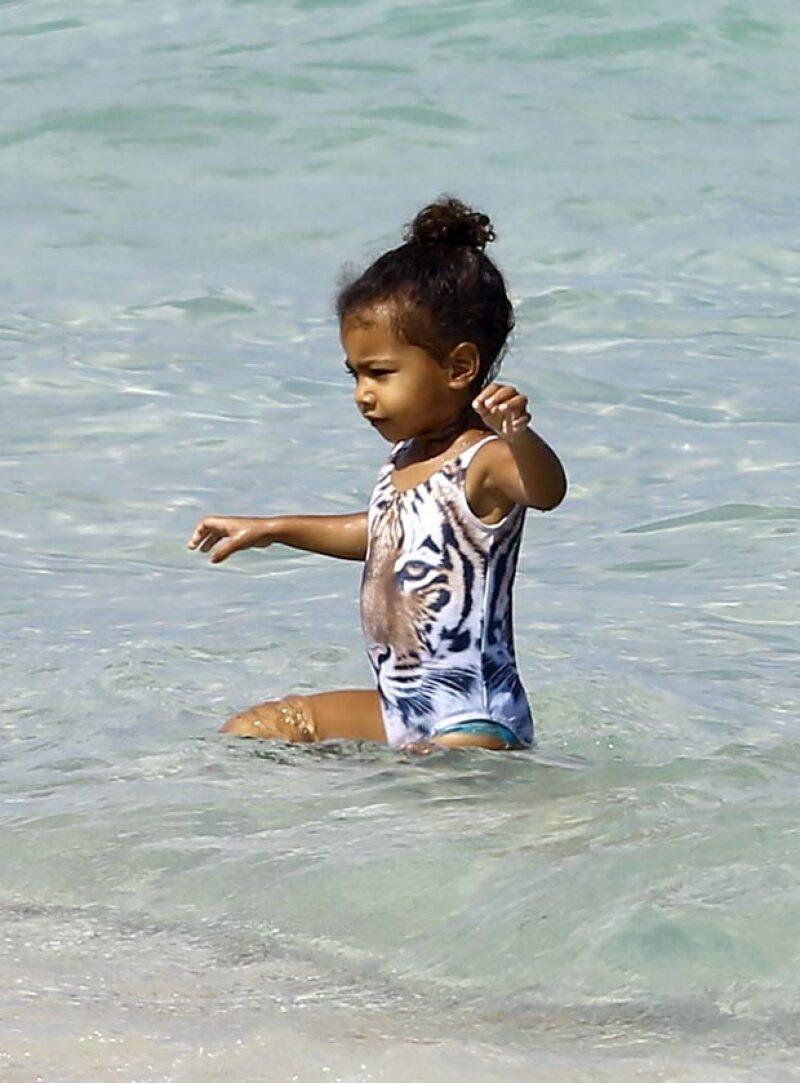 Mientras Kim Kardashian estaba en una boda y llamó la atención por su singular outift, su hija mayor disfrutaba del mar en un moderno outfit.