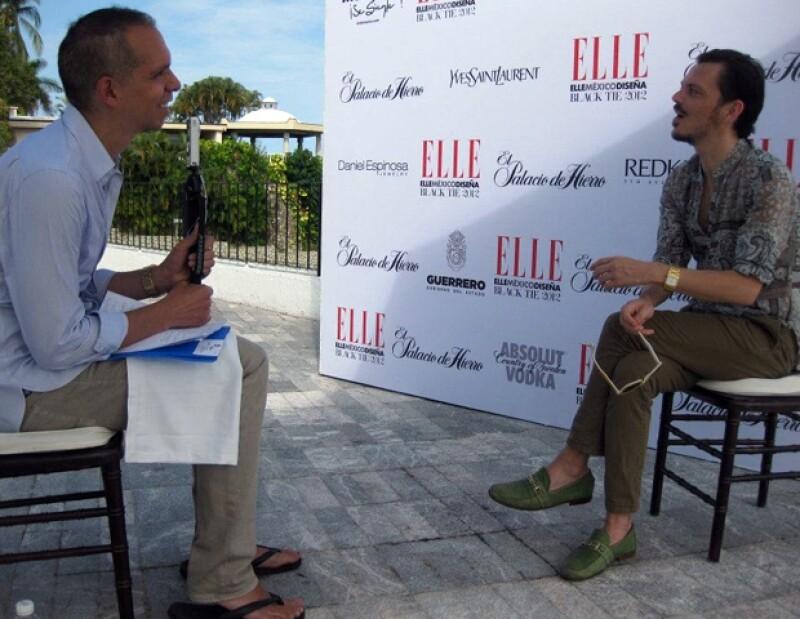 Alonso entrevistando a Matthew Williamson.