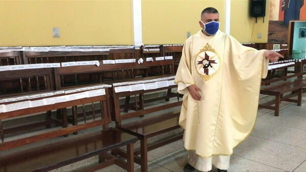 Una iglesia en Venezuela ofrece misas ante papeles con miles de nombres de feligreses