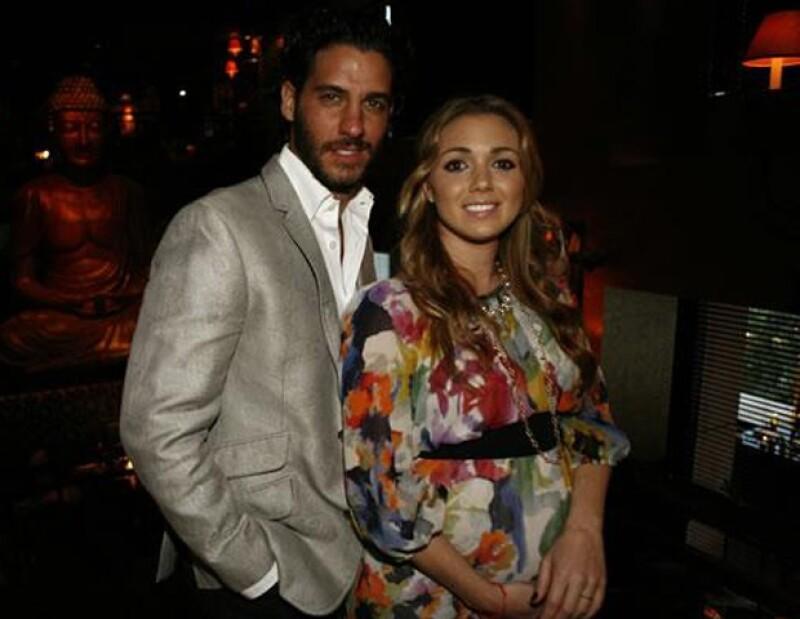 La feliz pareja esperará la llegada de su bebé en Miami.