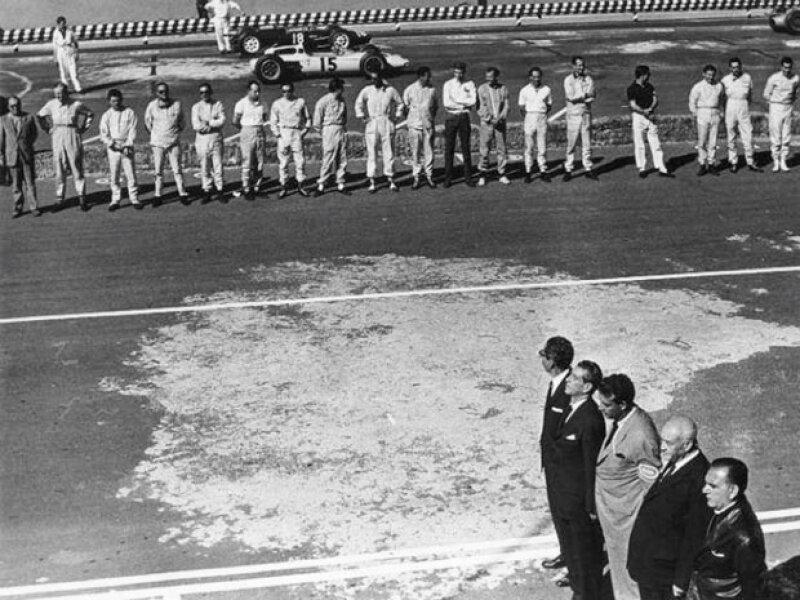 Durante la inauguración del autódromo los ex presidentes de México Gustavo Díaz Ordaz y Miguel de la Madrid.
