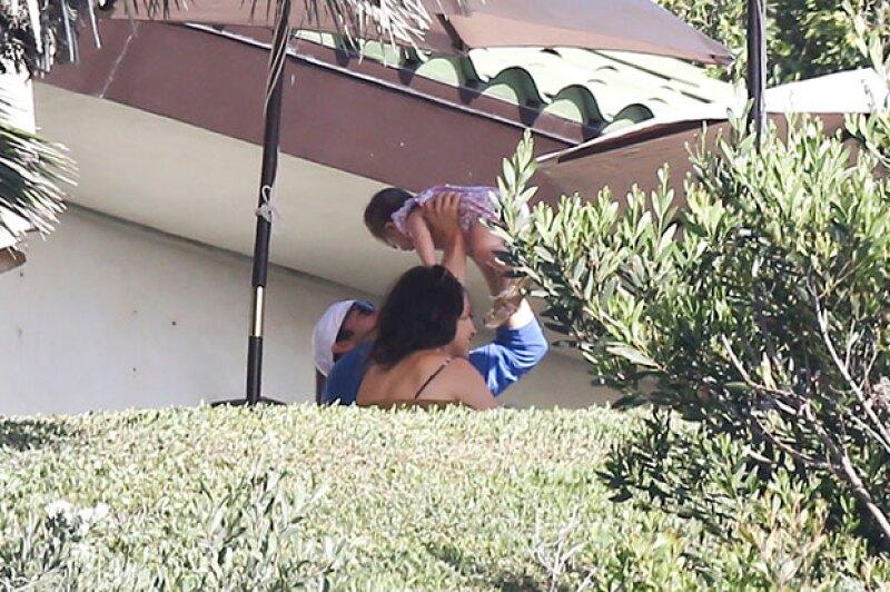 La pareja de papás se divierte mientras cuida a su pequeña de seis meses.