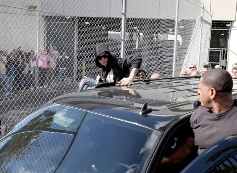 Las imágenes del cantante grabadas por una cámara de vigilancia en una comisaría de Miami en la que estuvo detenido podrán ser divulgadas tras la autorización de un juez