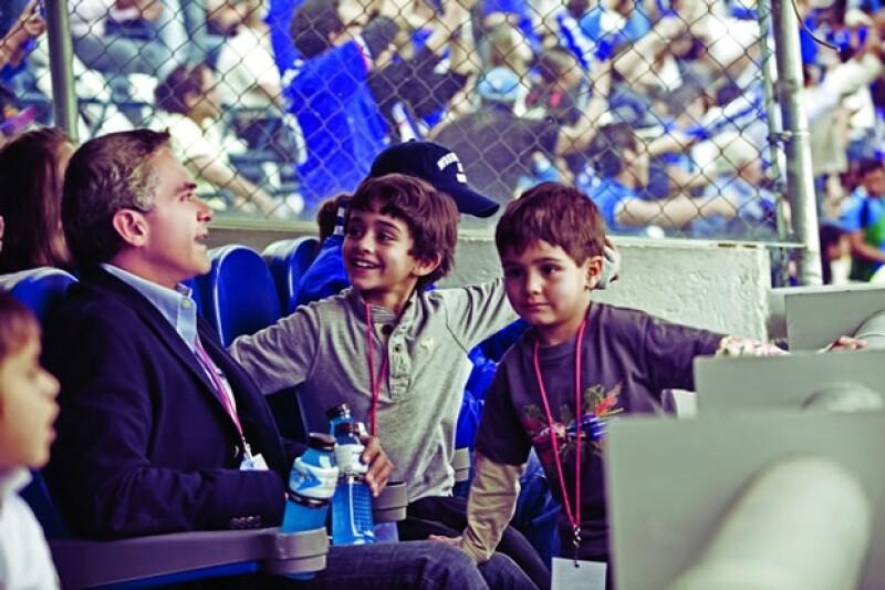 """Sus dos hijos suelen acompañarlo a eventos públicos. """"A nadie apapacho como a ellos."""""""