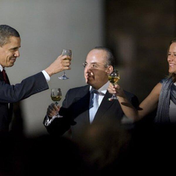 Antes de comenzar la cena, Barack Obama, Felipe Calderón y Margarita Zavala chocaron sus copas para brindar por la visita del mandatario estadounidense a México.