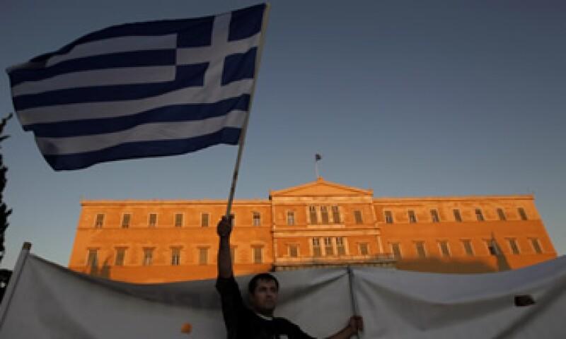 Grecia pidió a bancos y otros inversionistas privados importantes que cambien sus bonos por otros con fecha de madurez más prolongada, un menor valor nominal o menores intereses. (Foto: Reuters)