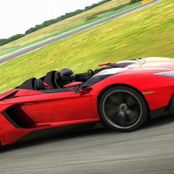 El nuevo Aventador J tiene una longitud de 4,890 milímetros, ancho de 2,030 mm y es extremadamente bajo 1,110 mm.