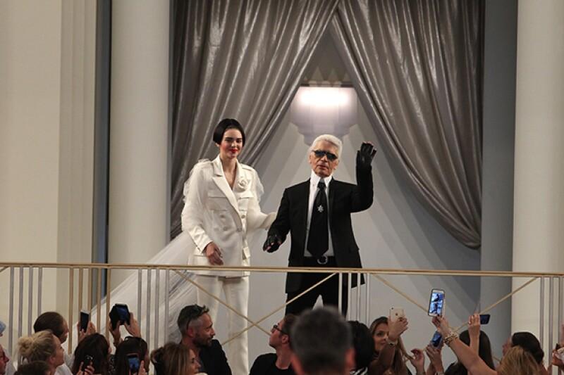 Karla Lagerfeld la describió como la chica del momento, por ello la ha egido para cerrar su desfile.