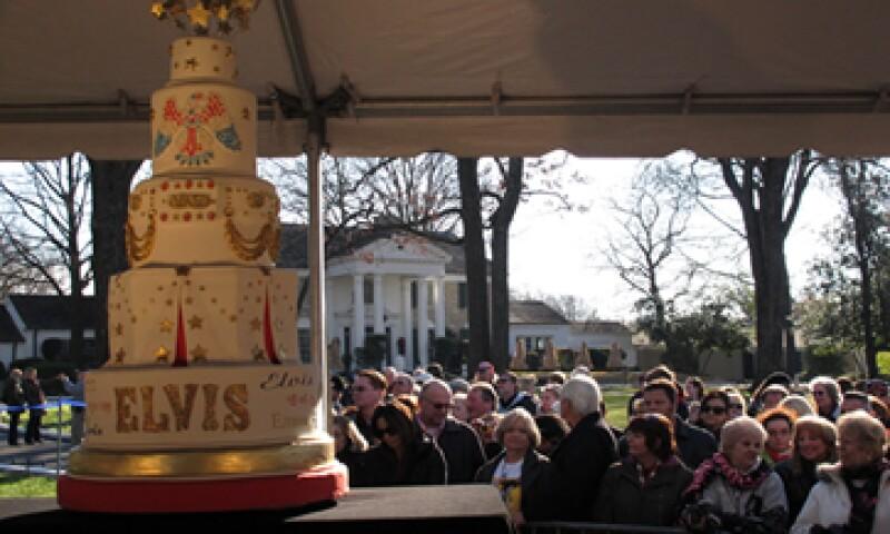 Cientos de devotos de Elvis vieron cómo Isabella Scott, de 13 años, cortó el pastel de cumpleaños. (Foto: AP)