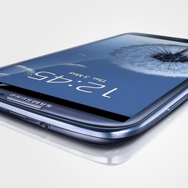 El equipo tiene una pantalla de 4.8 pulgadas tipo AMOLED, sistema operativo Android 4.0, Cámara de 8MP, memoria de 16-32GB y dimensiones de 136x70.6x133 milímetros.