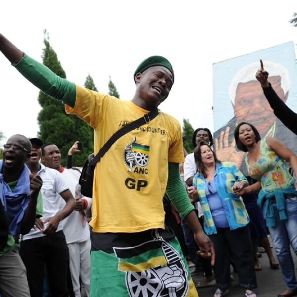 hombres cantando por Nelson Mandela