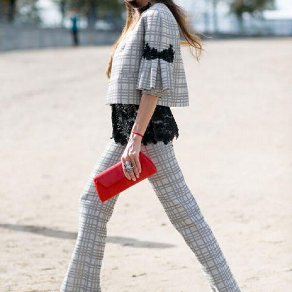 Combina un outfit en tono neutro con una clutch de color brillante. Será el acento perfecto.