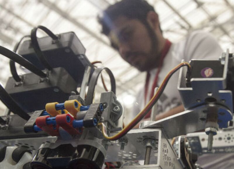 joven ingeniero de robot