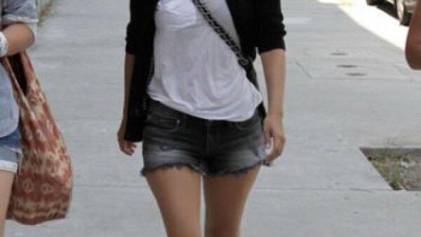 Rachel Bilson, siempre trendy, usa una minifalda de mezclilla, T-shirt blanca, suéter de manga corta y bolsa Chanel para caminar por Hollywood con amigas.
