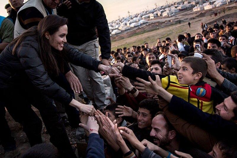 Como representante de la ONU, Angelina realiza brigadas de ayuda.