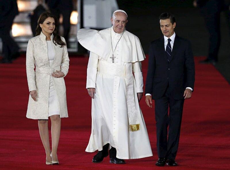 La primera dama llevó ayer, en la llegada de Francisco I a México, un atuendo en color blanco, el cual sólo se les permite portar a las reinas católicas.
