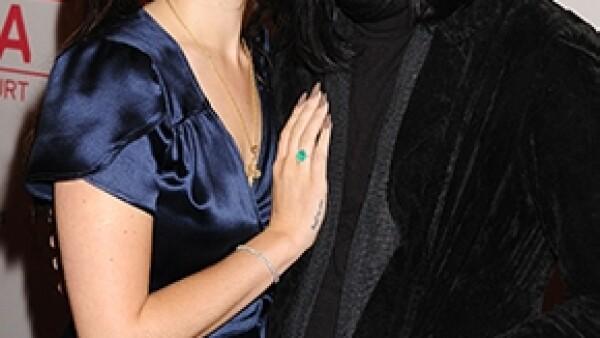 La neoyorquina y el también músico se unen a las filas de las parejas que no avisan a nadie las buenas noticias. De acuerdo con una fuente, están comprometidos desde el verano pasado.