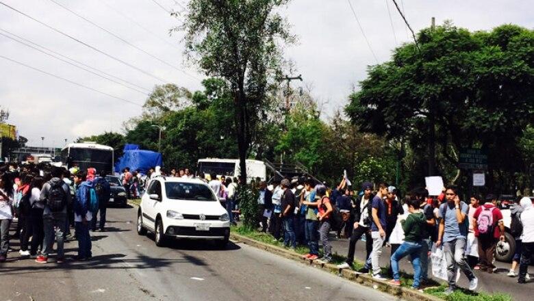Los automovilistas y usuarios del transporte público son desviados hacia vías alternas.