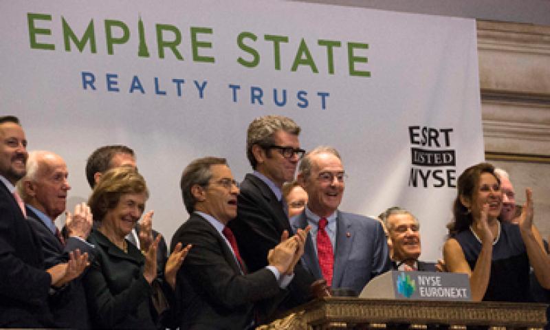 El CEO de Empire State Realty Trust, Anthony Malkin -5 de izquierda a derecha-, hizo sonar la campana de apertura de la Bolsa. (Foto: Reuters)