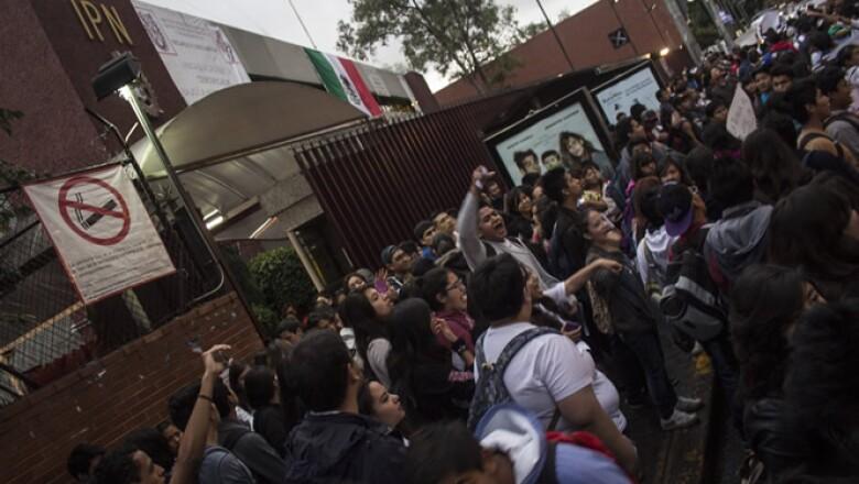 Más tarde, los alumnos realizaron cortes a la circulación en esa avenida. Los estudiantes aseguran que las nuevas disposiciones atentan contra los sus derechos educativos.