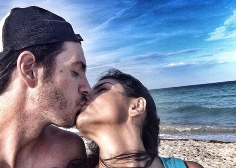 Recientemente el actor compartió esta tierna y romántica foto a la orilla del mar con Aislinn.