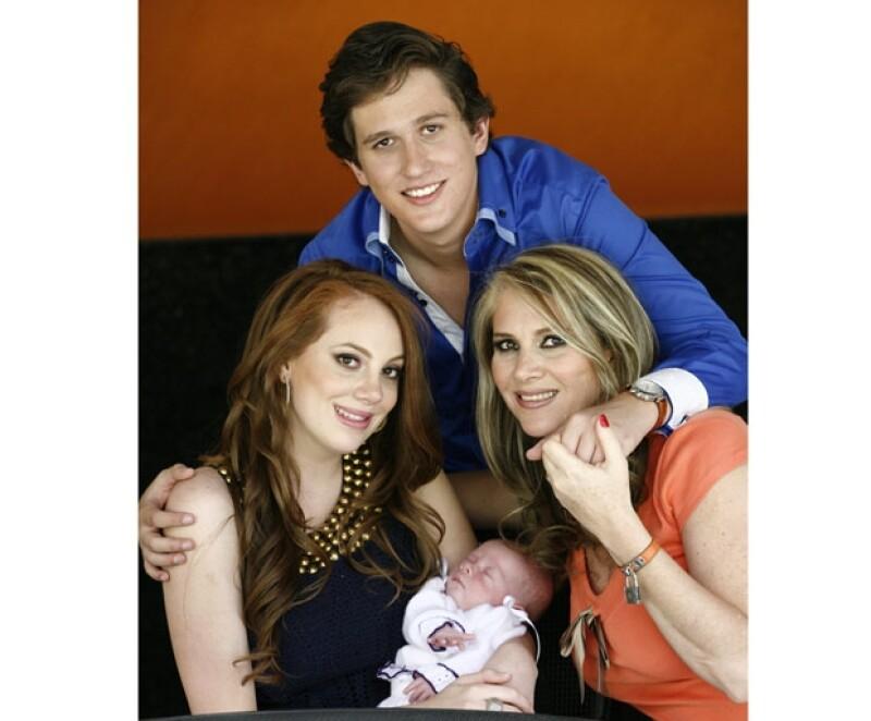 Abril del Moral tiene un grato recuerdo de su ex suegro. En la foto, al lado de sus hijos Valentina y Mario, y de su nieta Julia Natalia.