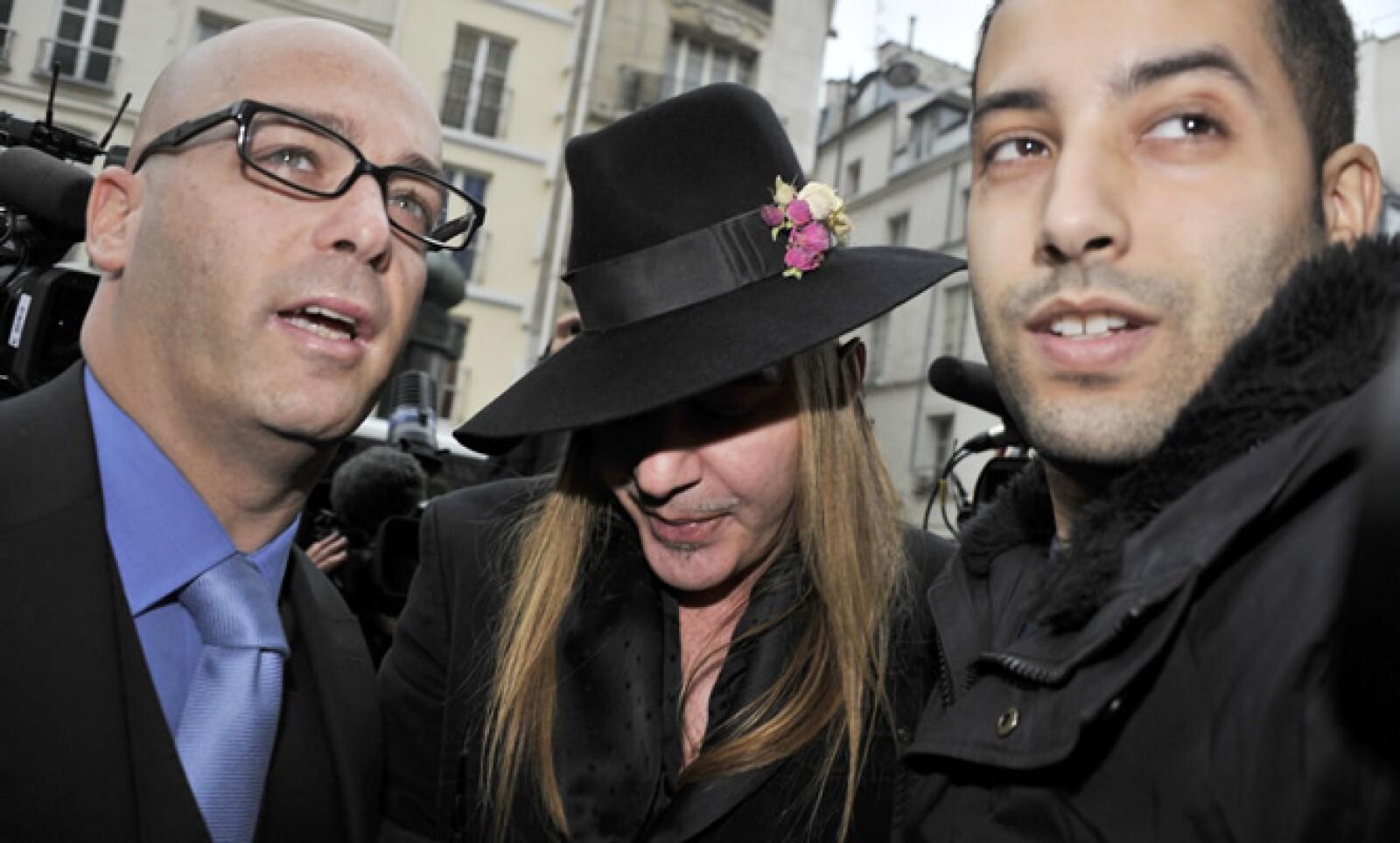 John Galliano fue acusado el 24 de febrero por haber hecho comentarios antisemitas; el diseñador fue despedido por la casa de moda Dior.