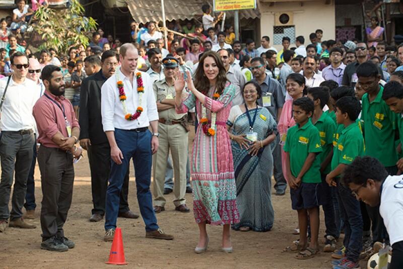 El príncipe William y Kate Middleton llegaron este sábado a su esperado viaje en India, donde conocieron a víctimas de ataques terroristas.