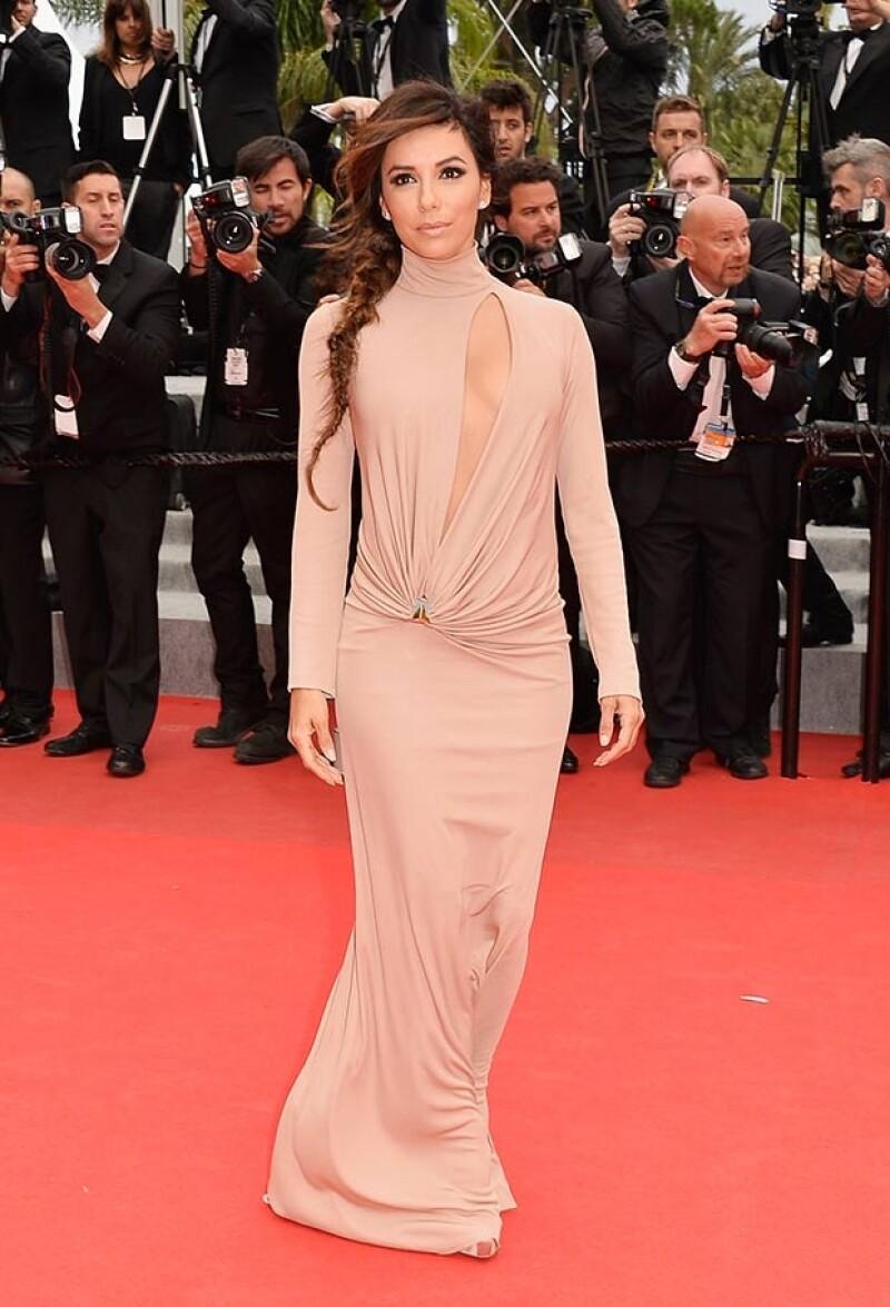 La actriz lució un vestido color rosa pálido con un corte transversal que la hizo lucir un poco de piel en el Festival de Cannes.