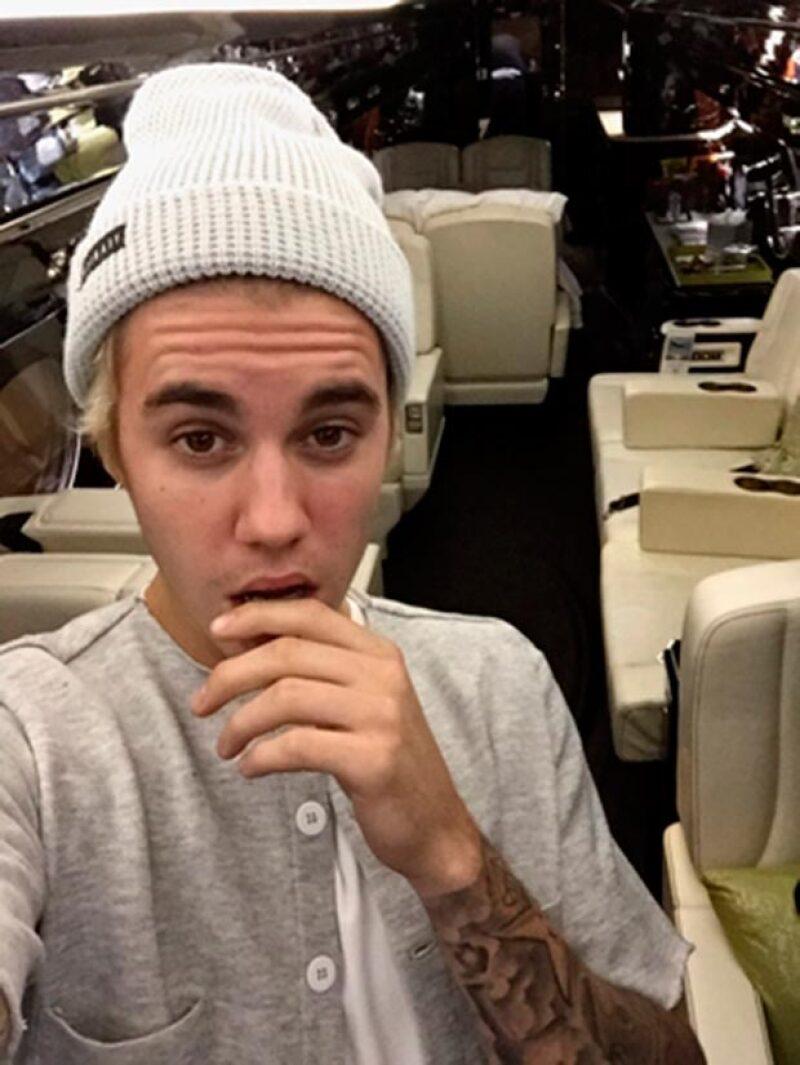 El cantante se consintió con un jet que presumió en redes sociales.