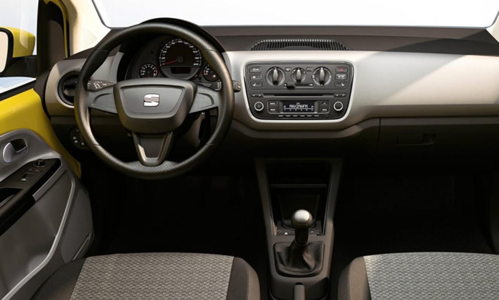 El interior, que tiene una capacidad para albergar a cuatro pasajeros, se destaca por la ergonomía entre los instrumentos y los elementos de control.