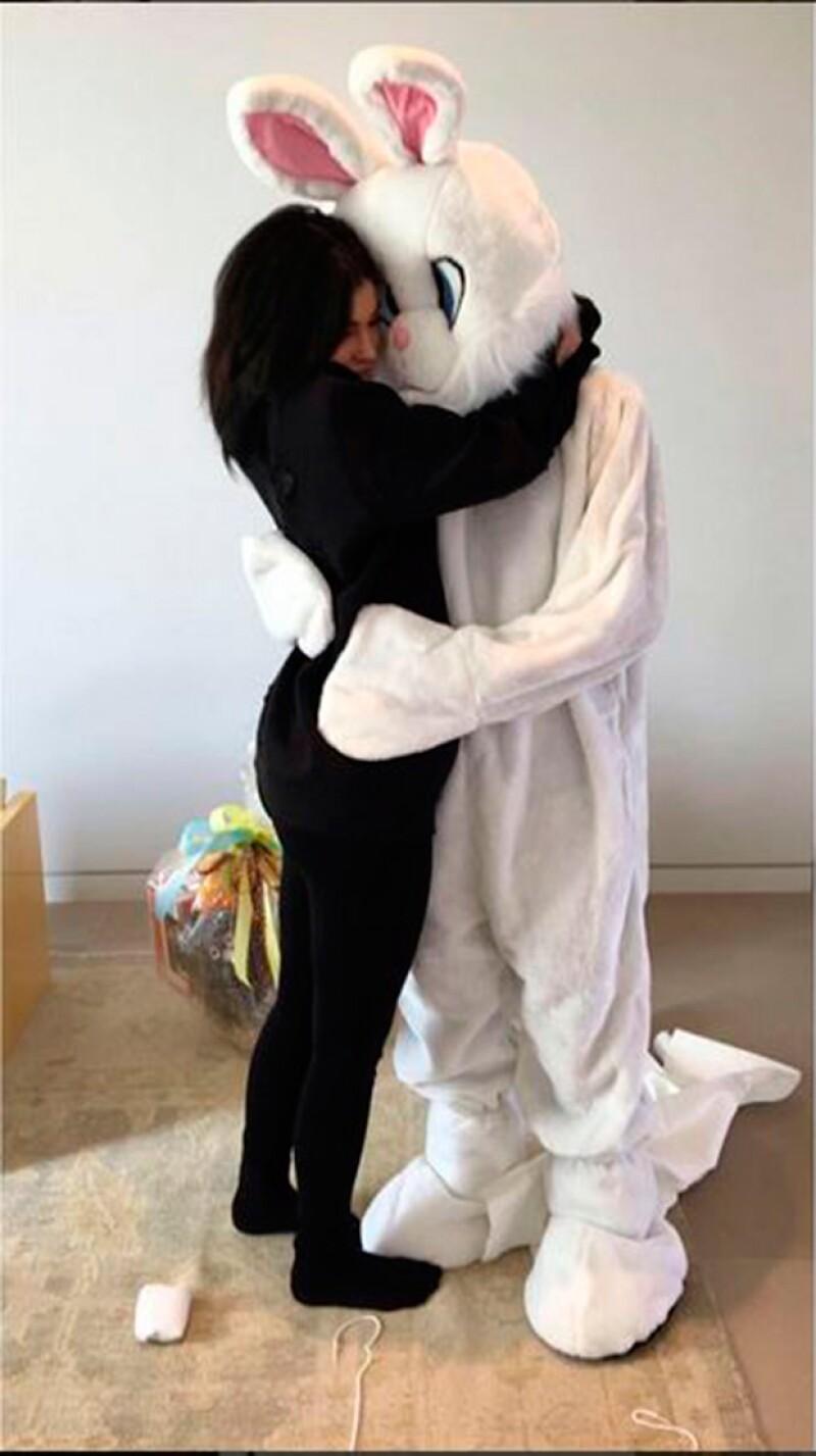Kylie abrazando a Tyga, disfrazado de conejo.