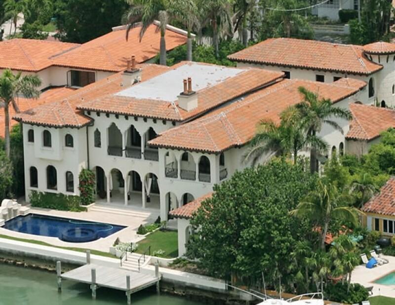 El cantante puertorriqueño tuvo que ceder mucho de lo que pedía por su mansión en Miami, con tal de que su propiedad fuera adquirida por otras personas y por fin poderse mudar a Nueva York.